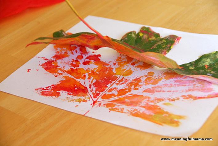 knutselen-met-herfstbladeren-stempelen