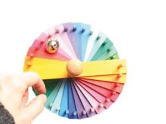 Knikkerbaan in de kleuren van de regenboog