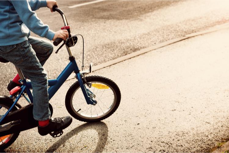 fietsen op de grote weg