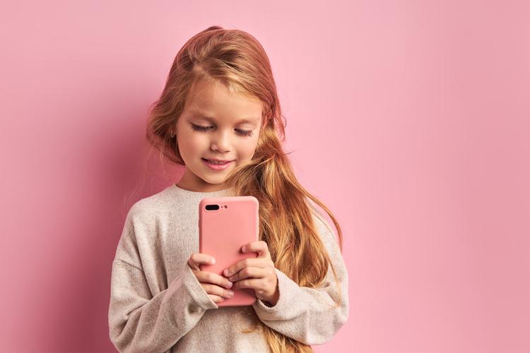 kind een smartphone